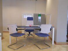 Ufficio completo di scrivania in cristallo blu, libreria con ante, cassettiera e poltrone.