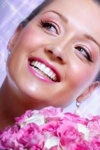Braut mit perfektem Braut-Make-up in Rosa- und Pinktönen