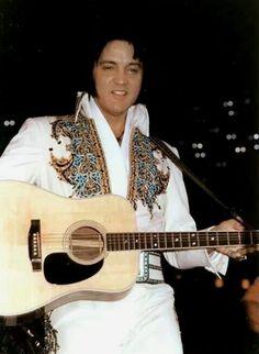 Elvis King of Spades Jumpsuit Elvis Presley Concerts, Elvis In Concert, Rock And Roll, Elvis Collectors, King Of Spades, Graceland, American Singers, Belle Photo, Celebrities
