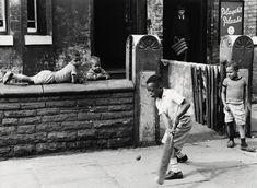 La fotografía humana de Shirley Baker exhibe a las personas que dejan pasar el tiempo