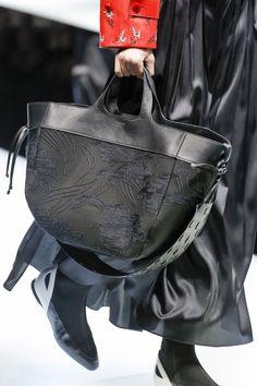 Giorgio Armani Fall 2017 Ready-to-Wear Collection Photos - Vogue Fashion Moda, Fashion Week, Urban Fashion, Fashion Bags, Giorgio Armani, Handbag Accessories, Fashion Accessories, Rare Clothing, Creative Bag