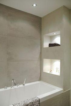 Modern badkamerinterieur met mooie nissen.