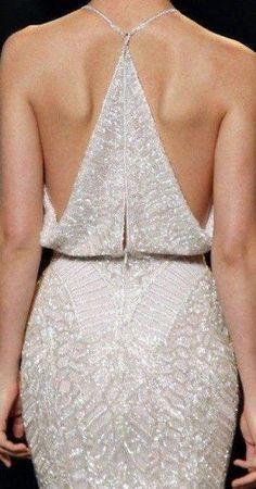Beyaz Renkli Parlak Taşlarla Süslenen İpekyol Sırt Dekolteli Abiye Elbise Modeli