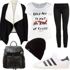 Un look dedicato alle più giovani composto da un jeans nero, una t-shirt a manica corta, un cardigan con collo a scialle, sneakers basse, zainetto e berretto.
