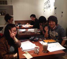 明日が、レベルアップの試験だ!!という、 日本語学校に通う生徒さんたちで、いっぱいです♪(^O^)  たまたま、が、重なって、 お友達がどんどん集まってきて、 楽しそうなお勉強会になってます!w   がんばれー!!(*^^)  2013.6.11