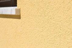 Renovação de fachada com aplicação de Sistema de isolamento pelo exterior (Capoto)  Visite-nos em www.renobuild.pt   #renobuild #isolamentotérmico #cappotto #capoto #renovação #eps #algarve #portimão #lagos #lagoa #monchique #albufeira #silves Silves, Thermal Insulation, Algarve, Wall Lights, Exterior, Home Decor, Insulation, Water Pond, Facades
