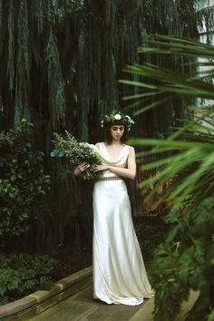 Ivory silk wedding dress by Kate Beaumont | Photography by http://www.shelleyrichmond.co.uk/