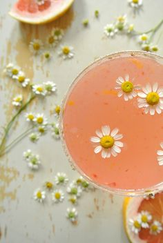 This paloma recipe uses homemade grapefruit soda, with a touch of chamomile and orange zest. It's truly a special treat. Fun Drinks, Yummy Drinks, Yummy Food, Beverages, Refreshing Drinks, Fun Food, Paloma Recipe, Grapefruit Soda, Grapefruit Cocktail