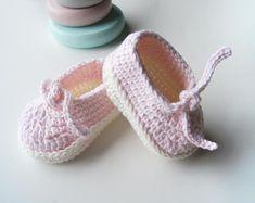 Items similar to Baby botties. Baby born gift on Etsy Baby Girl Crochet, Crochet Baby Shoes, Crochet Slippers, Hand Crochet, Baby Shower Parties, Baby Shower Gifts, Shower Party, Newborn Shoes, Baby Slippers