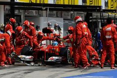 Parada a pits de Fernando Alonso durante el Gran Premio de Hungría ... bajo la mirada de los mecánicos de McLaren ...