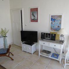 Brin de palmier, chambre d'hôtes a Noirmoutier.  Le salon de la suite du palmier : Espace et personnalité. Vous disposez d'une chambre avec un lit double, d'un salon de 16m2, d'une salle de bain avec une grande baignoire, et d'une terrasse privative.