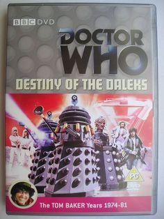"""""""Destiny of the Daleks"""" è la prima avventura della diciassettesima stagione della serie classica di """"Doctor Who"""" trasmessa nel 1979 con il Quarto Dottore e Romana II. Segue """"The Armageddon Factor"""" ed è composta da quattro parti, scritta da Terry Nation e diretta da Ken Grieve. Immagine dall'edizione britannica del DVD. Clicca per leggere una recensione di quest'avventura!"""