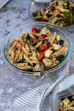 This Greek Style Pasta Salad is dressed with an oil free balsamic dressing. Filled with tomatoes, cucumbers, olives and artichokes this mediterranean pasta salad makes a great vegan BBQ Side or a quick vegan Lunch idea for work or school. Eas vegan pasta salad with artichoke hearts. Alternative to the vegan macaroni salad. #veganpastasalad #vegansalad #veganlunch #veganbbq Healthy Pasta Salad, Vegan Pasta, Healthy Pastas, Pasta Salad Recipes, Artichoke Heart Recipes, Artichoke Pasta, Artichoke Hearts, Vegan Lunch Recipes, Vegan Lunches