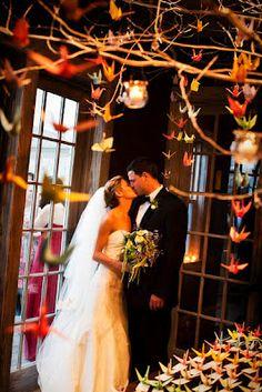 Galhos secos + Origami na decoração de casamento.  Lindo.