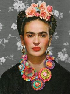 A necklace fit for Frida OMG, the awesomeness! rRradionica makes art necklaces using crochet and needlework techniques–fabric collage, fabric puffs, ribbon flowers. This new necklace is called Frida, and (using Phot… Frida E Diego, Frida Art, Frida Quotes, Fridah Kahlo, Frida Paintings, Nickolas Muray, Printable Poster, Frida Kahlo Portraits, Schrift Design