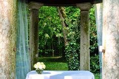 Allestimento del tempietto di Villa di Bagno per la celebrazione del matrimonio.