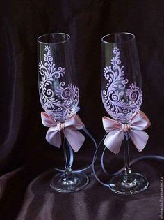 Pin by Caryl Johnson on Painted wine glass ideas Decorated Wine Glasses, Hand Painted Wine Glasses, Wine Glass Crafts, Wine Bottle Crafts, Wedding Wine Glasses, Wedding Flutes, Wedding Champagne, Champagne Glasses, Glass Engraving
