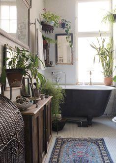BADRUMMET. Ett fristående badkar på tassar från Magasin 13 sätter stilen i badrummet. Underbart med de gröna växterna till.