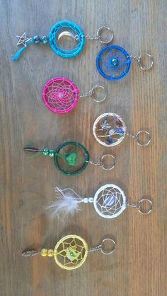 Varites of colour and designs Dream catcher key chain. Varites of colour and designs. Los Dreamcatchers, Dream Catcher Craft, Dream Catcher Bracelet, Making Dream Catchers, Dream Catcher Tutorial, Diy Jewelry, Jewelry Making, String Art, Diy And Crafts