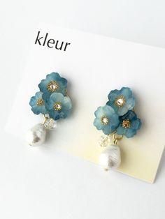 フラワーブーケピアス《ホワイト&ブルー》 Diy Crafts Jewelry, Resin Crafts, Handmade Crafts, Wire Flowers, Acrylic Flowers, Shrink Plastic Jewelry, Resin Jewelry, Earrings Handmade, Handmade Jewelry