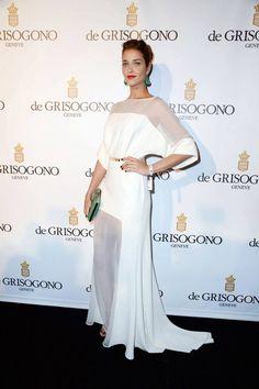 La modelo brasileña Ana Beatriz Barros con un vestido de novia con semi transparencias en el Festival de #Cannes. #wedding