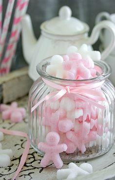 Zuckermännchen, ganz einfach. Rosa durch Früchtetee - härzig in Gugelhupf-Pralinee-Förmchen. Brauner Zicker auch eine Möglichkeit