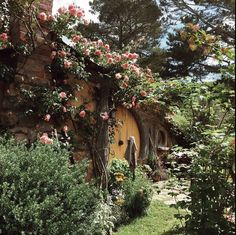Find images and videos about flowers, house and the hobbit on We Heart It - the app to get lost in what you love. Cabin In The Woods, Cottage In The Woods, Cozy Cottage, Hobbit Hole, The Hobbit, Hobbit Land, Casa Dos Hobbits, Nature Aesthetic, Fairy Houses