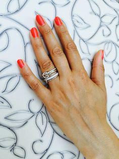 Harmonia Ring von LAAR Vivien ist aus vier verbundenen Ringe aus Silber, Rhodium überzogen und mit Zirkonia-Pavé Steine. Dieser Ring hat speziell Grösse. Wird nach Ringfinger bemessen. Das heiss 2 Ringe haben Grösse von Ringfinger und die anderen 2 Ringe sind um 2 Grösse grösser. Der Ring hat Vielzahl von Möglichkeiten getragen zu werden. Über mehrere Finger oder alle gestapelt in einem.  https://www.laarvivien.com/shop/ringe/harmonia-ring-von-laar-vivien/