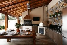 Browse images of Балконы, веранды и террасы designs by Danielle Tassi Arquitetura e Interiores. Find the best photos for ideas & inspiration to create your perfect home. Outdoor Kitchen Patio, Patio Dining, Angst Im Dunkeln, Weekend House, Master Bedroom Design, Kitchen Design, Sweet Home, New Homes, House Design