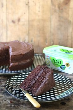 The BEST Vegan Chocolate Cake is moist, easy and no unusual ingredients! Hundreds and hundreds of readers have made it and love it. Get the recipe: veggiedesserts.co.uk #vegancake #easyveganchocolatecake #veganchocolatecake