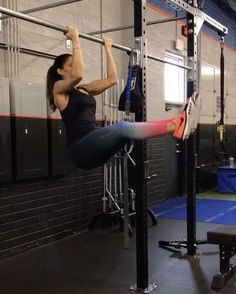 Hangin out Add any of these into your workout for a challenge! 1. Opposite Grip Pull up 2. Leg Raise Sweeps 3. L Sit Pull Ups 4. Cross Knee Tucks #alexiaclark #queenofworkouts #pullups #sundayfunday #upperbodyworkout #core #fit #fitness #workout #fitgirl #nike @menshealthmag