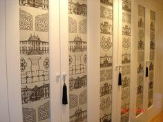 En el pasillo se mandaron hacer unos armarios empotrados en blanco pero se vistieron con una tela de detalles arquitectonicos de edificio santiguos...