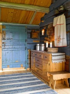 I over ti år har Tom restaurert hytta fra 1714 Cottage In The Woods, Wood Cottage, Norwegian Wood, Interior And Exterior, Interior Design, Scandinavian Design, House Tours, Liquor Cabinet, Sweet Home
