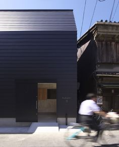 House in Asahiku / Coo Planning-Seamless continuation of wall cladding to roof plane. Plus the black looks great!