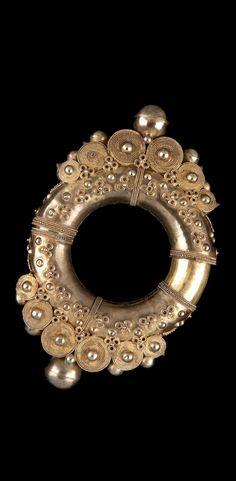 Indonesia - Lesser Sunda Islands, Sumatra   Man's bracelet ~ gelang sarung ~ from the Batak Karo people; gilt silver and gold. 20th century // ©Quai Branly Museum. 70.2001.27.668