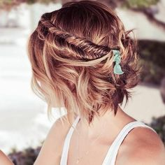 Level up! 4 angesagte Frisuren für kurze Haare zum Nachstylen Cheeky short hairstyles look not only damn cool and casual, they are also easily convertible! We show you the 4 most beautiful hairstyles for short hair … Braided Hairstyles For Wedding, Pretty Hairstyles, Bob Hairstyles, Short Haircuts, Medium Hairstyles, Hairstyle Ideas, Bohemian Hairstyles, Short Hair Bridesmaid Hairstyles, Evening Hairstyles