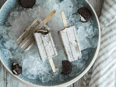 Veganes Oreo-Kokos-Eis am Stiel