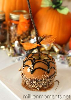 18 Delicious Caramel Apple Recipes to Make for Halloween Creepy Candy Apples The post 18 Delicious Caramel Apple Recipes to Make for Halloween appeared first on Halloween Candy. Halloween Desserts, Halloween Candy Apples, Hallowen Food, Halloween Drinks, Halloween Treats, Healthy Halloween, Halloween Cookies, Easy Halloween, Köstliche Desserts