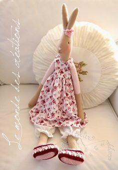 Maileg Bunny, Fabric Toys, Sewing Toys, Knitted Dolls, Handmade Toys, Art Dolls, Doll Clothes, Creations, Flower Girl Dresses