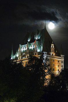 Chateau Frontenac à la pleine lune Old Quebec, Montreal Quebec, Quebec City, Great Places, Places To See, Chute Montmorency, Chateau Frontenac, Le Petit Champlain, Ontario