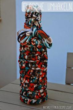 Keine Vase bei der Hand? Einfach eine Glasflasche umhäkeln. Vase, Blogging, Statue, Repurpose, Glass Bottles, Simple, Gifts, Vases, Sculptures