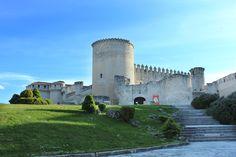 Castillo de los Duques de Alburquerque en Cuéllar (Segovia) Construido a partir del S.XI. Destaca el Patio de Armas y la galería de la fachada sur, ambos renacentistas. ¿Todavía no lo has visitado?