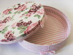 Caixa de madeira MDF forrada de tecido, acabemento com fita. Vários tecidos a escolher. Tamanho: 24 cm de diametro x 5,5cm de altura. R$ 47,25