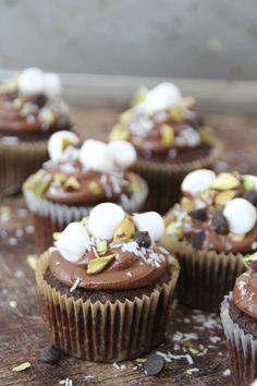 Rocky road cupcakes...  #muffins #cupcakes #rockyroad #rockyroadcupcakes #sjokolade #chocolate #marshmallows #easyrecipes #lettvint #baking Rocky Road Cupcakes, Cupcake Recipes, Mini Cupcakes, Peanut Butter, Muffins, Vanilla, Goodies, Sweets, Baking