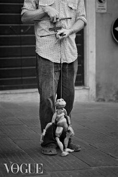 PhotoVogue, vital links, legami vitali, puppet and puppeteer, burattino e burattinaio, black and white, artisti di strada