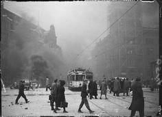 Berlin Mai 1944-Eine Strassenbahn faehrt auf den Alexanderplatz nach einem Bombenangriff