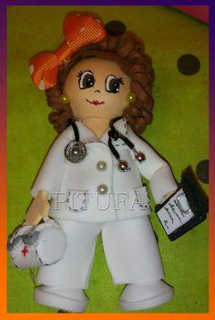 Una médica muy presumida. Broche.