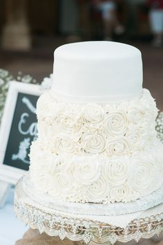 Shabby chic wedding cake  http://www.weddingchicks.com/2015/06/22/romantic-ranch-wedding-in-nevada/