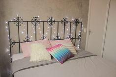 DIY | Como fizemos nossa cabeceira de cama de ferro com uma grade de portão. Pintamos nossa cabeceira de ferro de preto e fixamos na parede.  Iron Bed Headboard