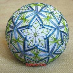 How to Make Japanese Temari Balls - Temari Patterns, Art Du Monde, Sewing Crafts, Diy Crafts, Quilted Ornaments, Crochet Cross, Japanese Embroidery, Christmas Centerpieces, Christmas Baubles